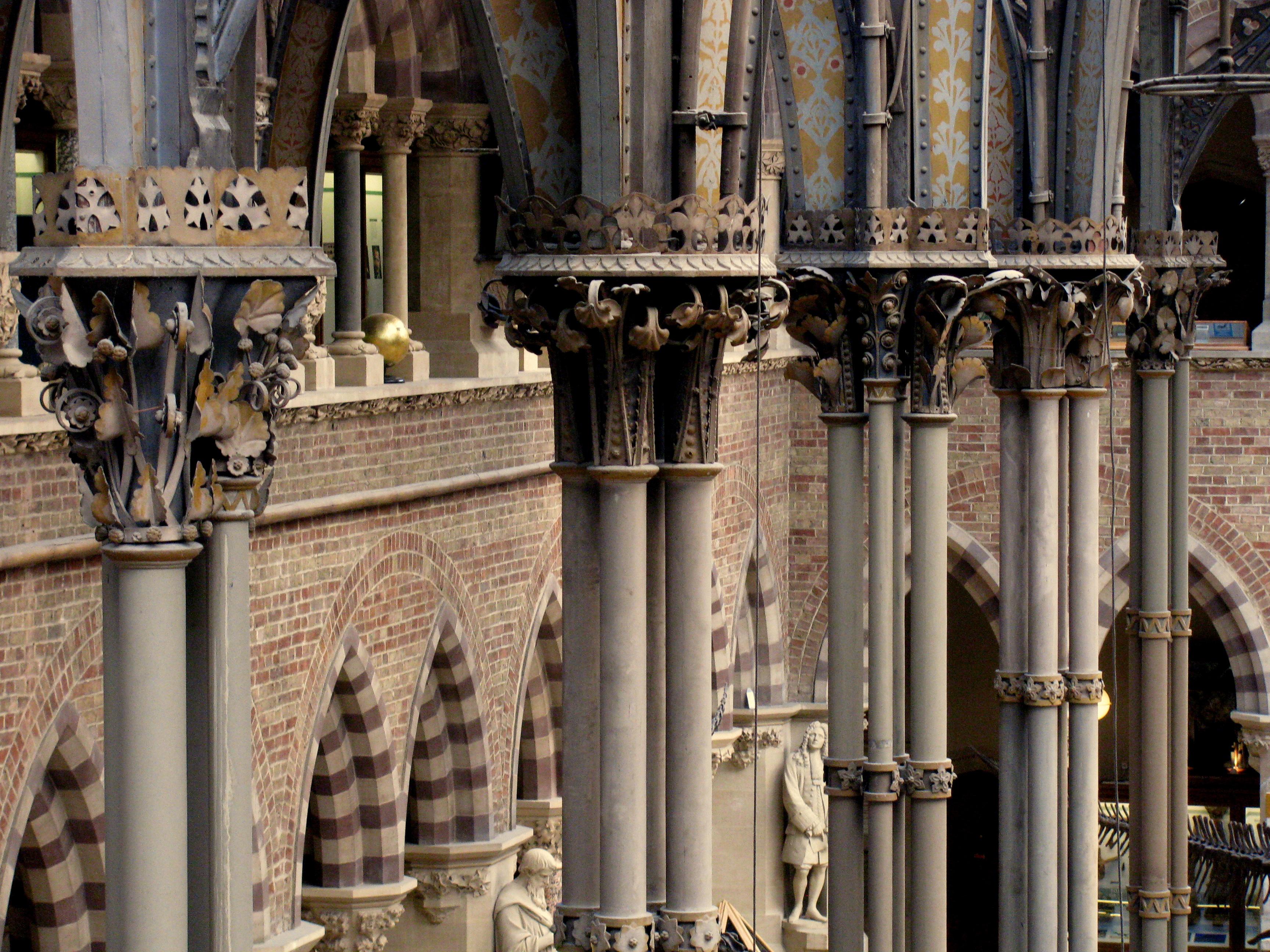Cada conjunto de colunas de ferro fundido tem detalhes exclusivos sobre ele das capitais